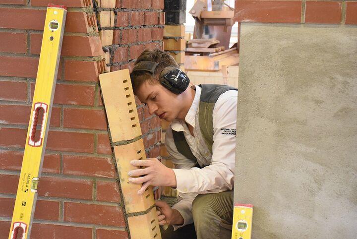 Sei schlau, geh zum Bau! Ausbildung am Bau bietet beste Berufsperspektiven.