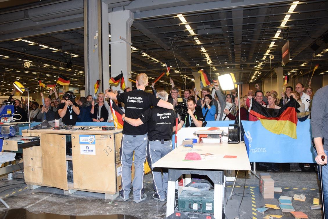 11 Fliesenleger Welberg beim Abpfiff mit Fans_0276.jpg