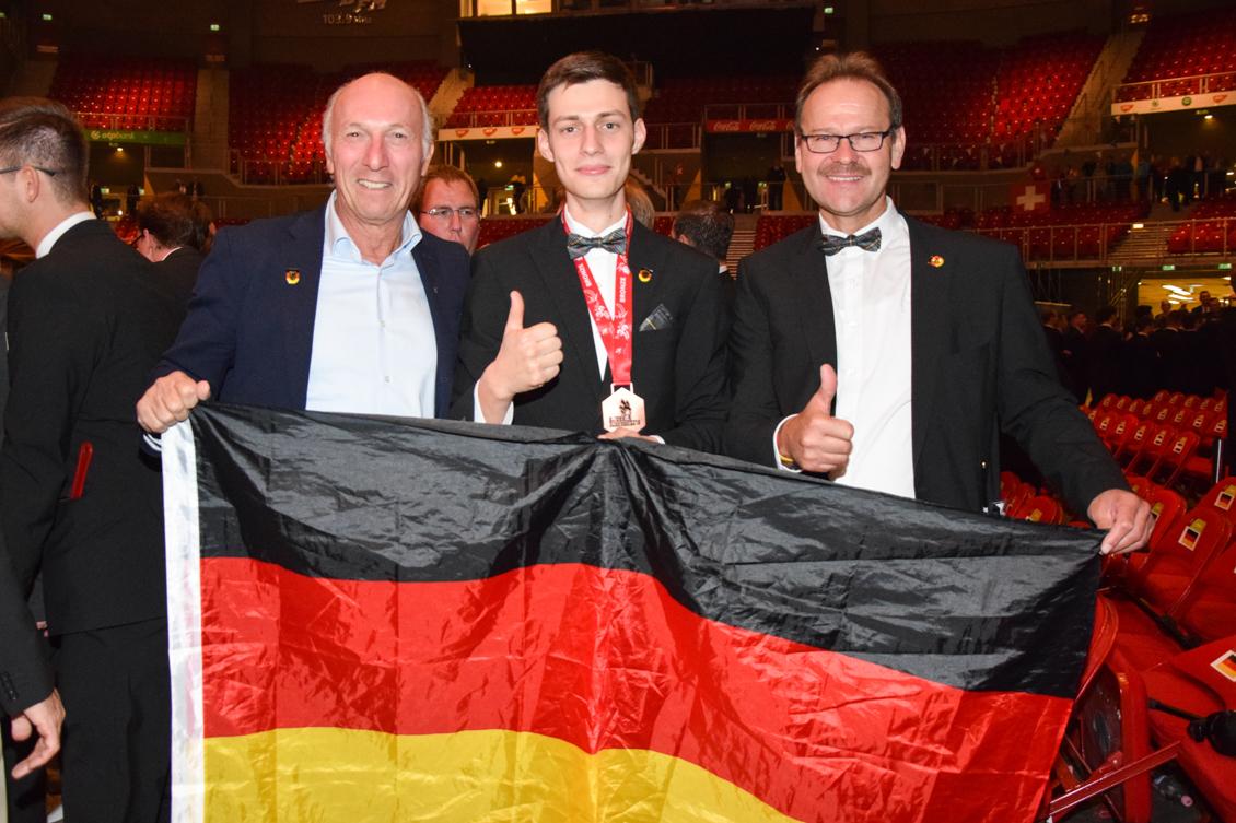 Fliesenleger Siegerehrung Vorsitzender Körner mit Teilnehmer Knöpfe und Experte Filkorn_0421-2.jpg