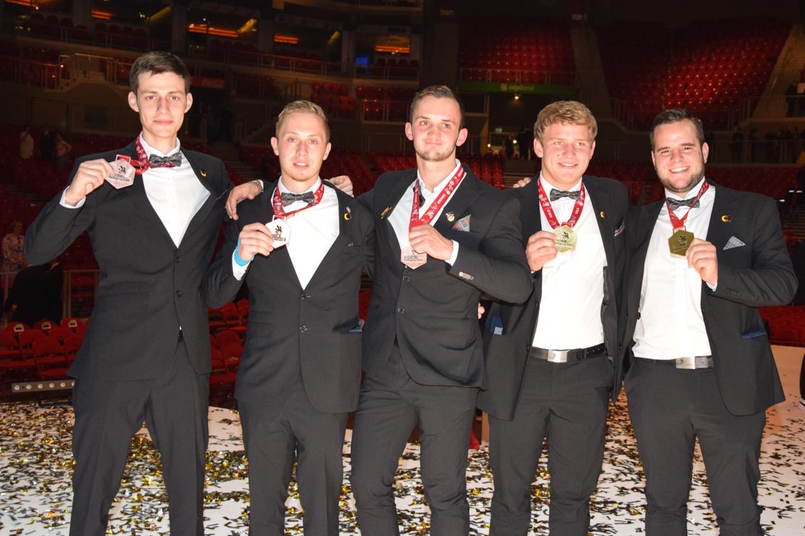 Team mit Teilnehmern und Medaillen Knöpfle Schön Murati Rapp und Schmidt 0449-2.jpg