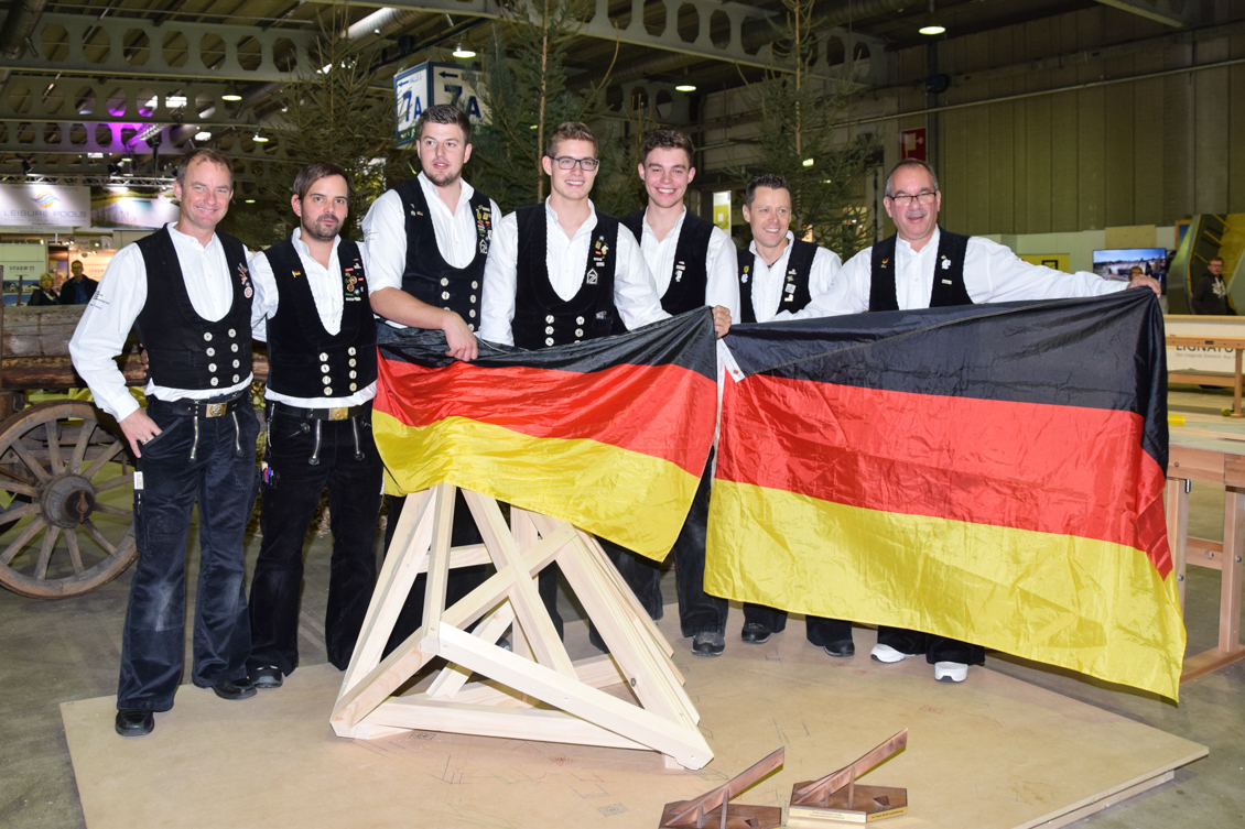 Team komplett mit Fahnen_0206-2.jpg